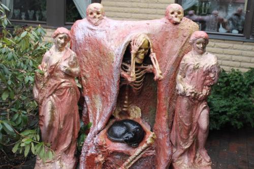 Matti Luostarinen. Cluster art 2021. Memento mori. Tuo neuvo on hyvä muistaa ilman orjien kuiskintaakin korvaan.